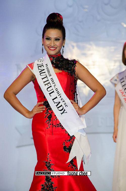 Rajani wins Beautiful Lady at Mrs.Universe 2014